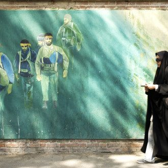 Tehran Commuters Enjoy Van Gogh, Matisse